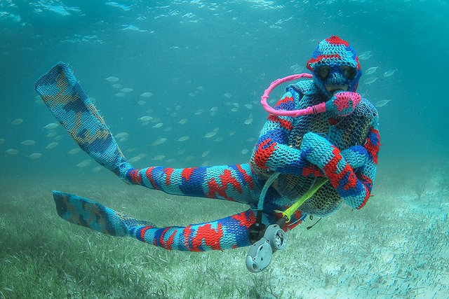 olek-underwater-yarn-bombing-img-qo-640x427